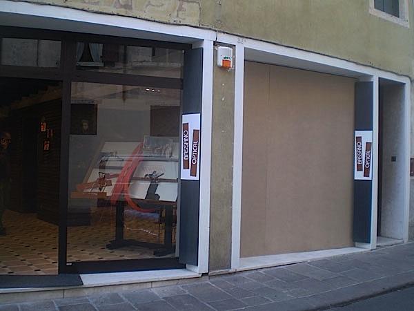 Sfondano la vetrina con l'auto e rubano occhiali per 70mila euro