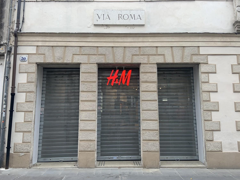 H&M chiude: Dipendenti a casa